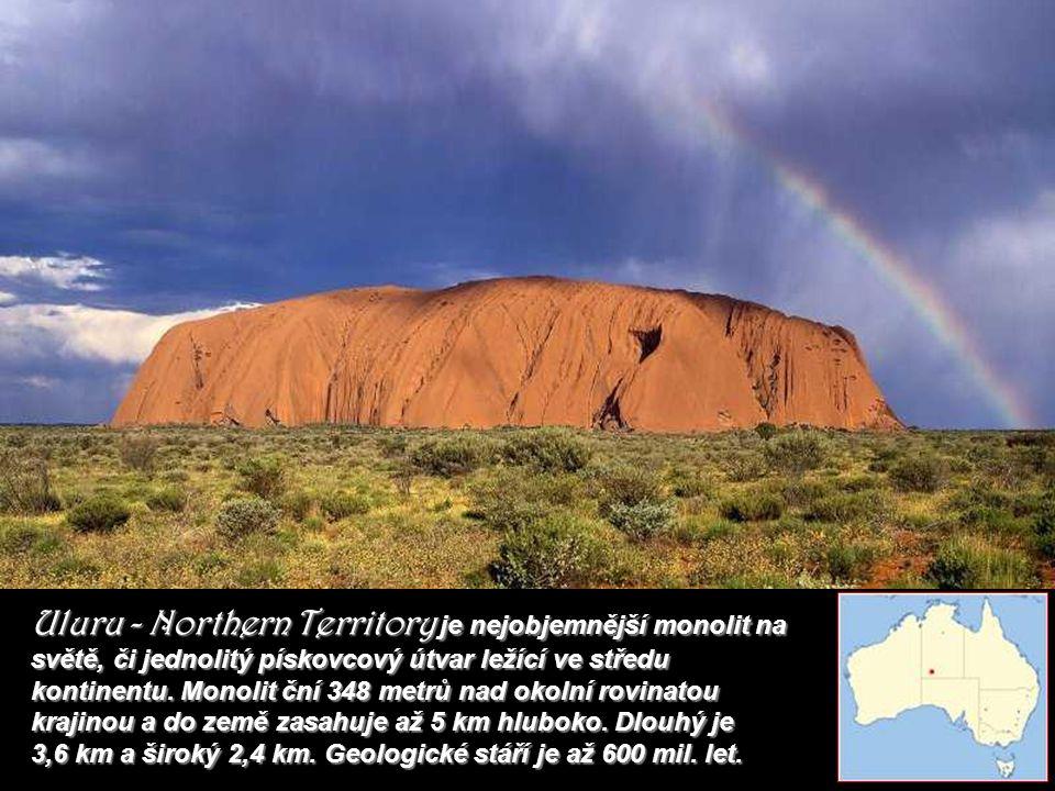 Uluru - Northern Territory je nejobjemnější monolit na světě, či jednolitý pískovcový útvar ležící ve středu kontinentu.