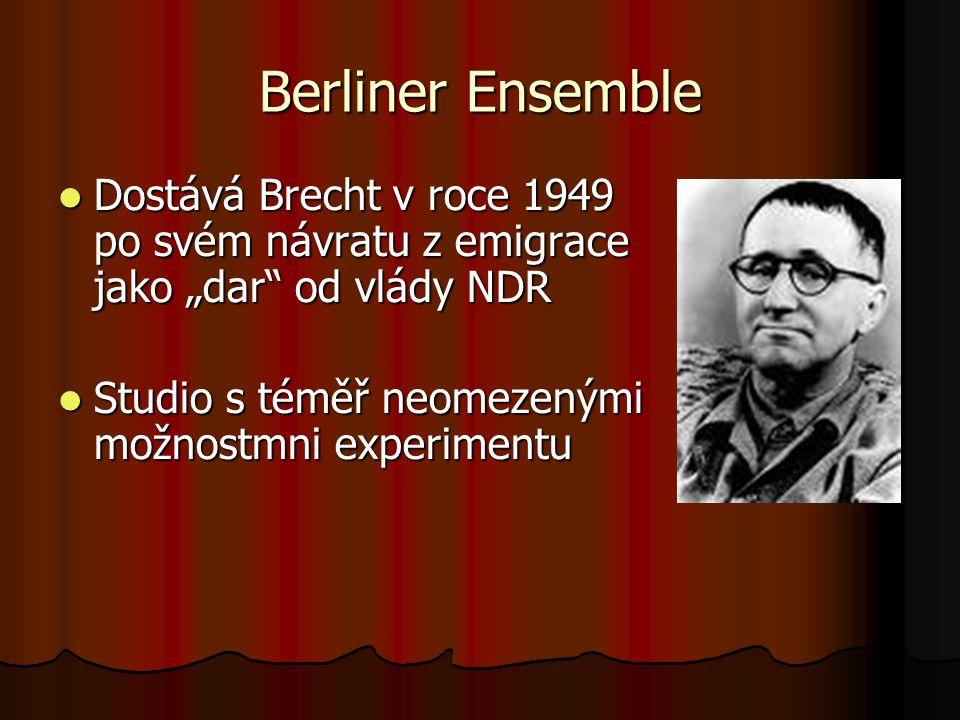 """Berliner Ensemble Dostává Brecht v roce 1949 po svém návratu z emigrace jako """"dar od vlády NDR."""