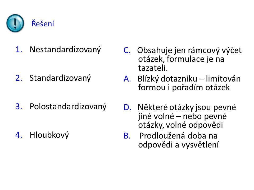 C. Obsahuje jen rámcový výčet otázek, formulace je na tazateli.