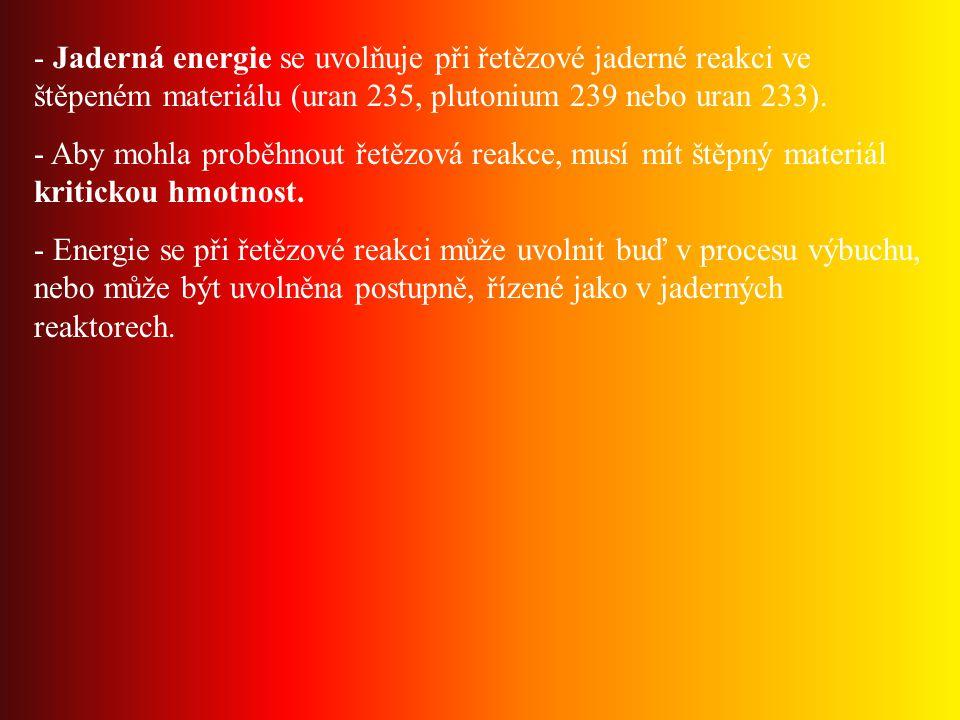 Jaderná energie se uvolňuje při řetězové jaderné reakci ve štěpeném materiálu (uran 235, plutonium 239 nebo uran 233).