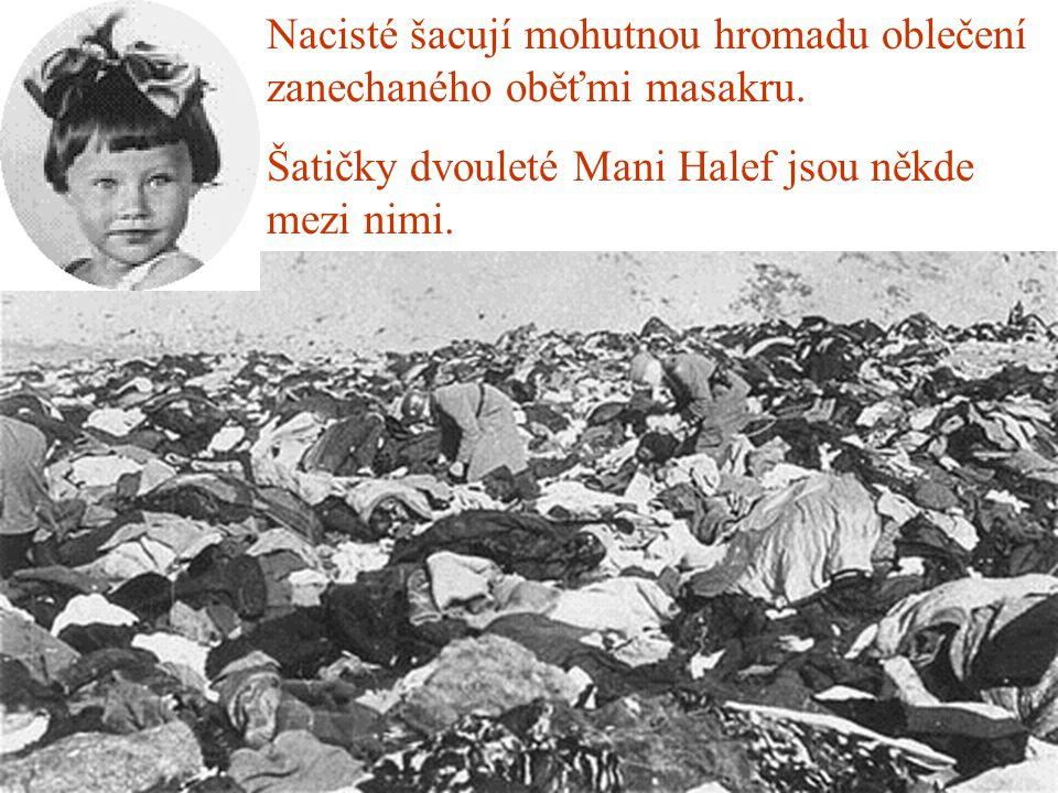 Nacisté šacují mohutnou hromadu oblečení zanechaného oběťmi masakru.