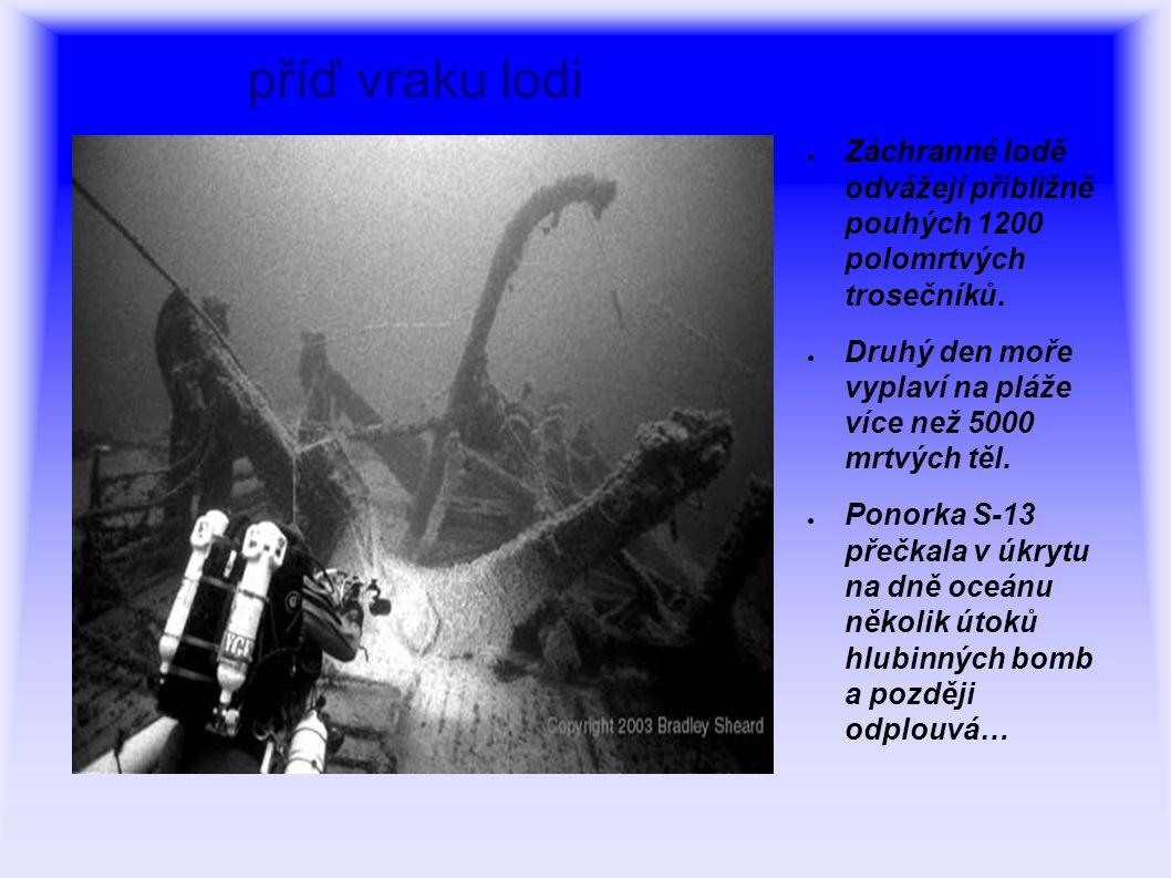 příď vraku lodi Záchranné lodě odvážejí přibližně pouhých 1200 polomrtvých trosečníků.