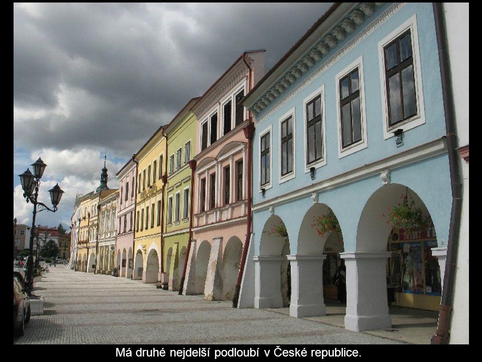 Má druhé nejdelší podloubí v České republice.