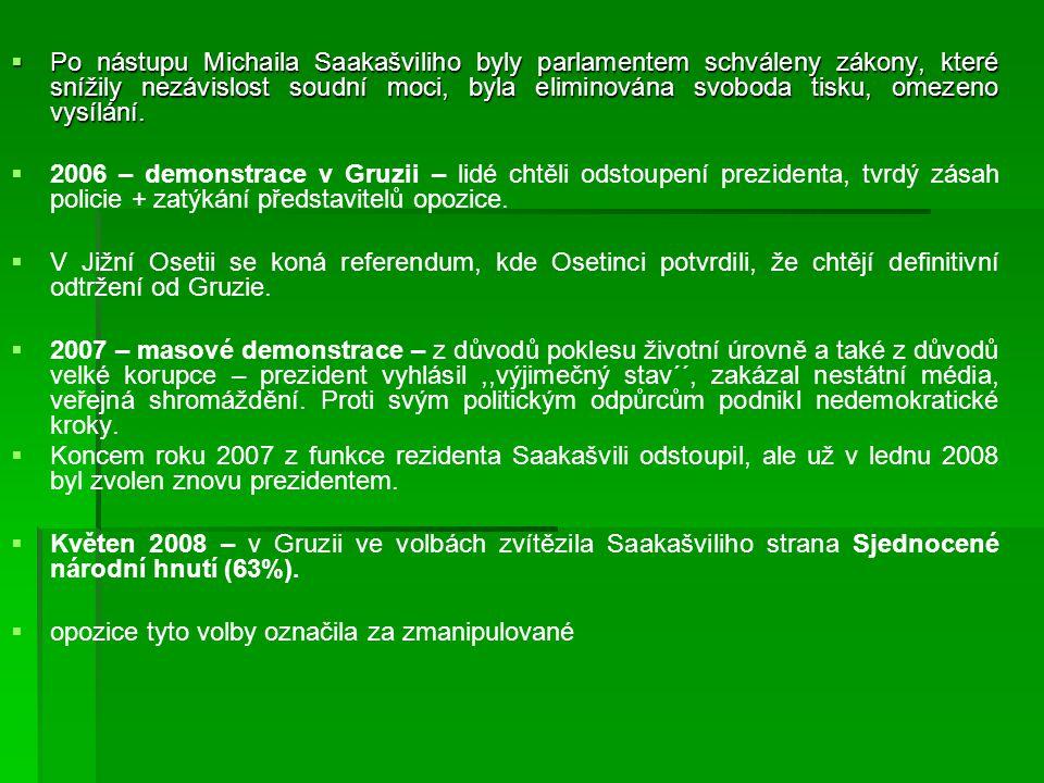 Po nástupu Michaila Saakašviliho byly parlamentem schváleny zákony, které snížily nezávislost soudní moci, byla eliminována svoboda tisku, omezeno vysílání.
