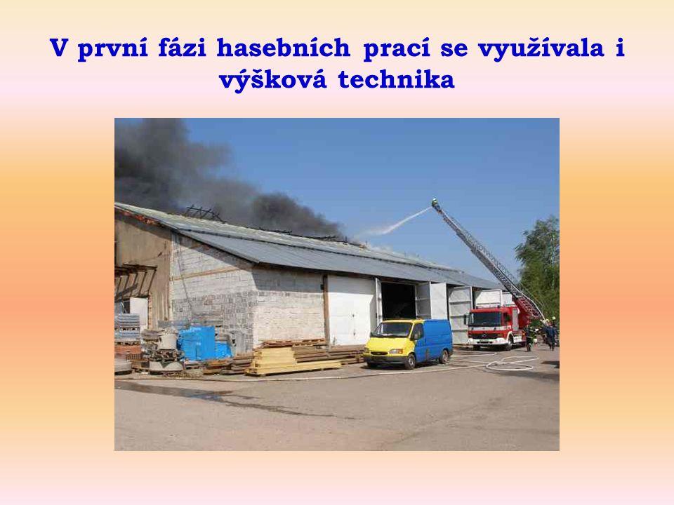 V první fázi hasebních prací se využívala i výšková technika