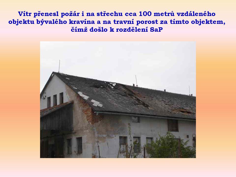 Vítr přenesl požár i na střechu cca 100 metrů vzdáleného objektu bývalého kravína a na travní porost za tímto objektem, čímž došlo k rozdělení SaP