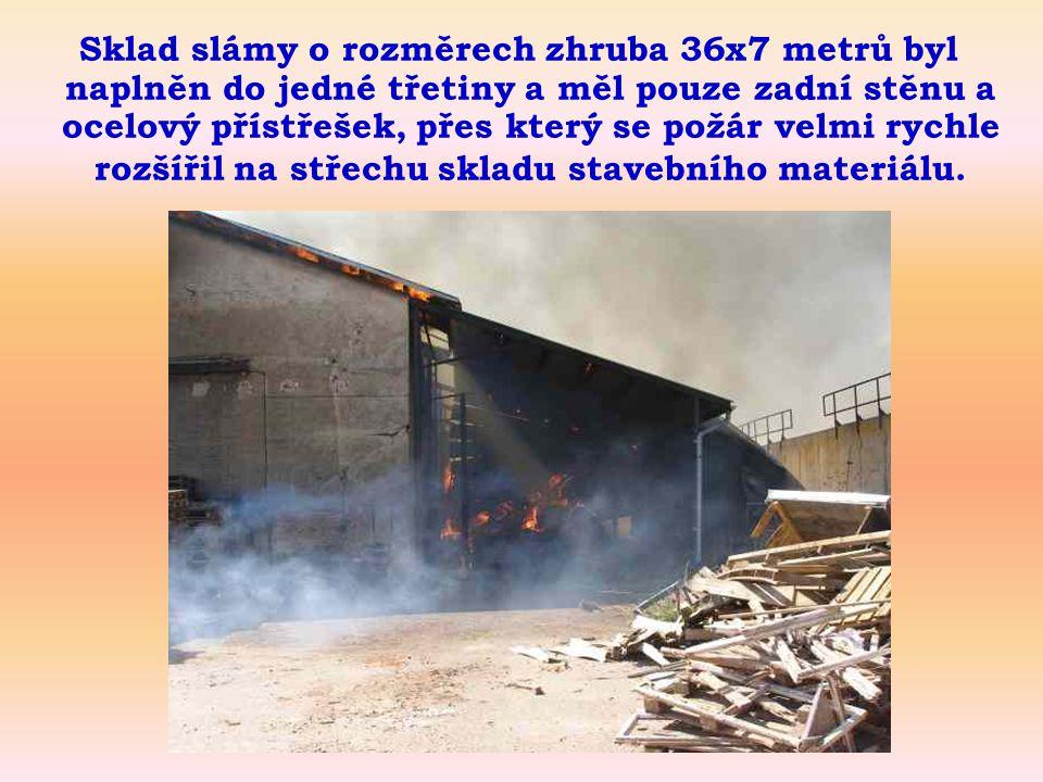 Sklad slámy o rozměrech zhruba 36x7 metrů byl naplněn do jedné třetiny a měl pouze zadní stěnu a ocelový přístřešek, přes který se požár velmi rychle rozšířil na střechu skladu stavebního materiálu.