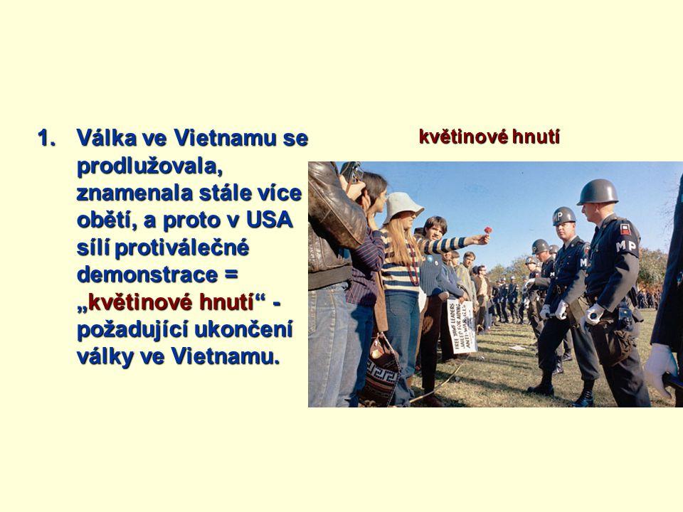 """Válka ve Vietnamu se prodlužovala, znamenala stále více obětí, a proto v USA sílí protiválečné demonstrace = """"květinové hnutí - požadující ukončení války ve Vietnamu."""