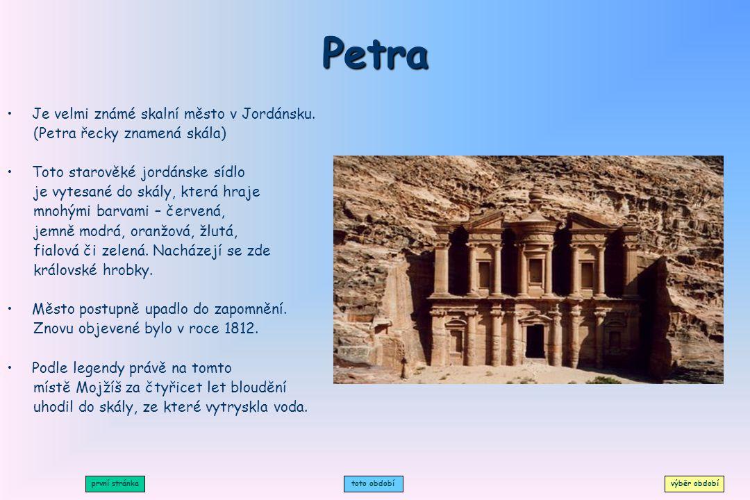Petra Je velmi známé skalní město v Jordánsku.