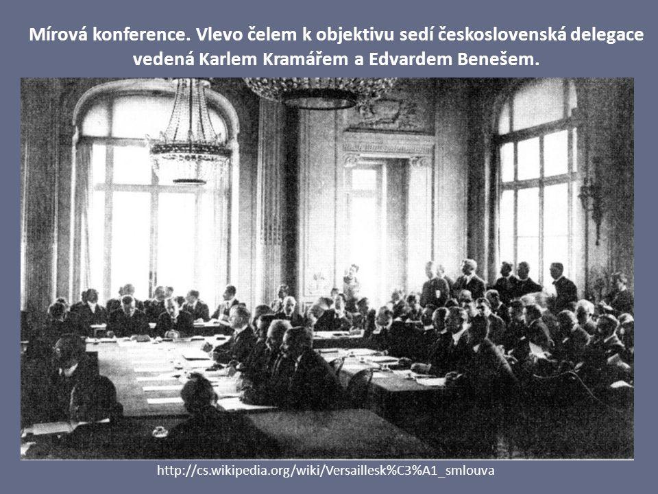 Mírová konference. Vlevo čelem k objektivu sedí československá delegace vedená Karlem Kramářem a Edvardem Benešem.