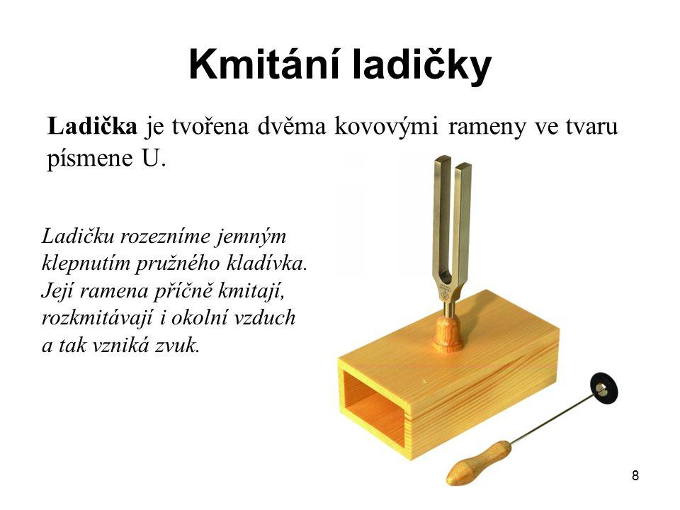 Kmitání ladičky Ladička je tvořena dvěma kovovými rameny ve tvaru písmene U.
