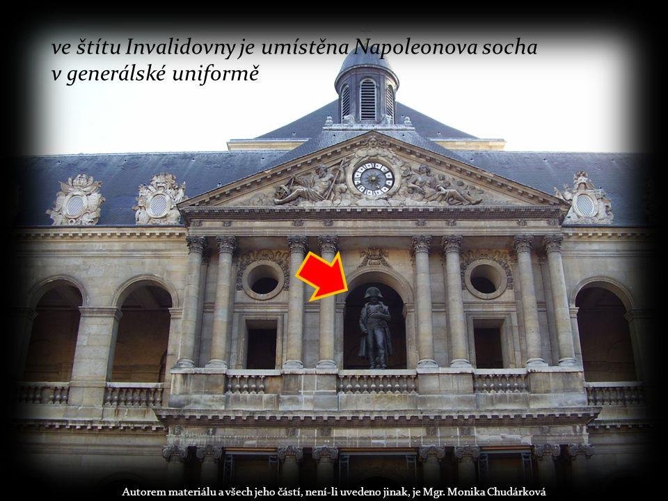 ve štítu Invalidovny je umístěna Napoleonova socha v generálské uniformě