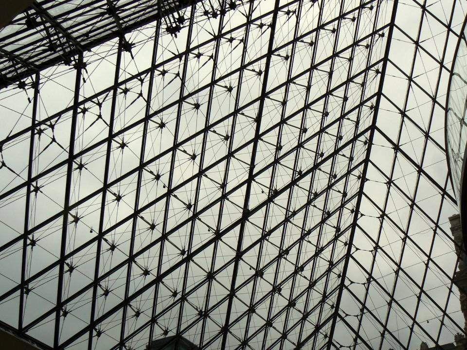 Do Louvre, největšího a nejznámějšího pařížského muzea, se vstupuje skleněnou pyramidou