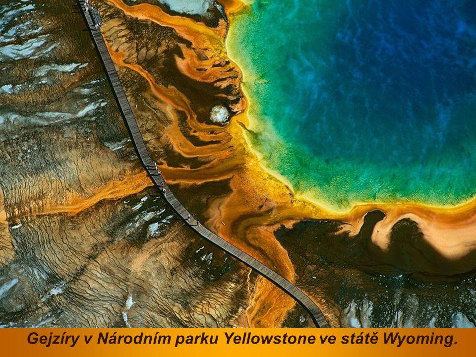 Gejzíry v Národním parku Yellowstone ve státě Wyoming.