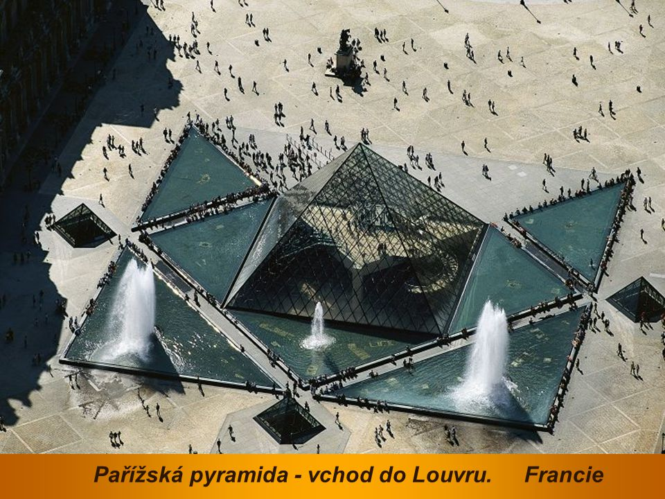 Pařížská pyramida - vchod do Louvru. Francie