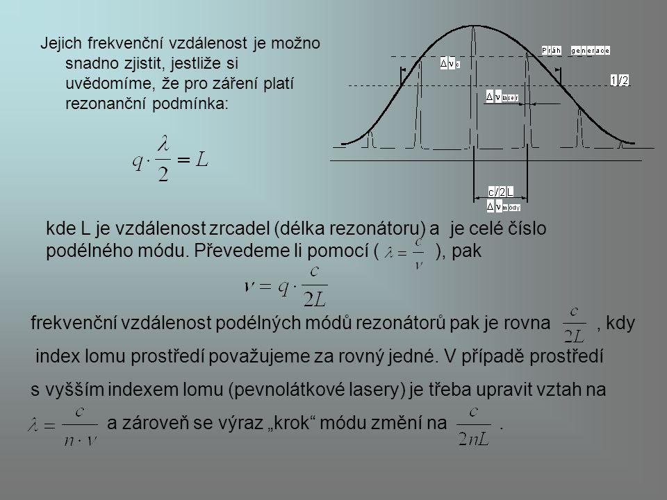 frekvenční vzdálenost podélných módů rezonátorů pak je rovna , kdy