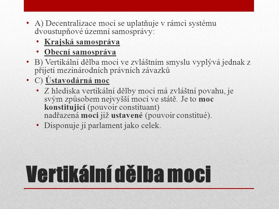 A) Decentralizace moci se uplatňuje v rámci systému dvoustupňové územní samosprávy: