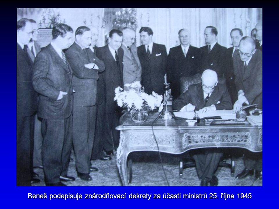 Beneš podepisuje znárodňovací dekrety za účasti ministrů 25. října 1945