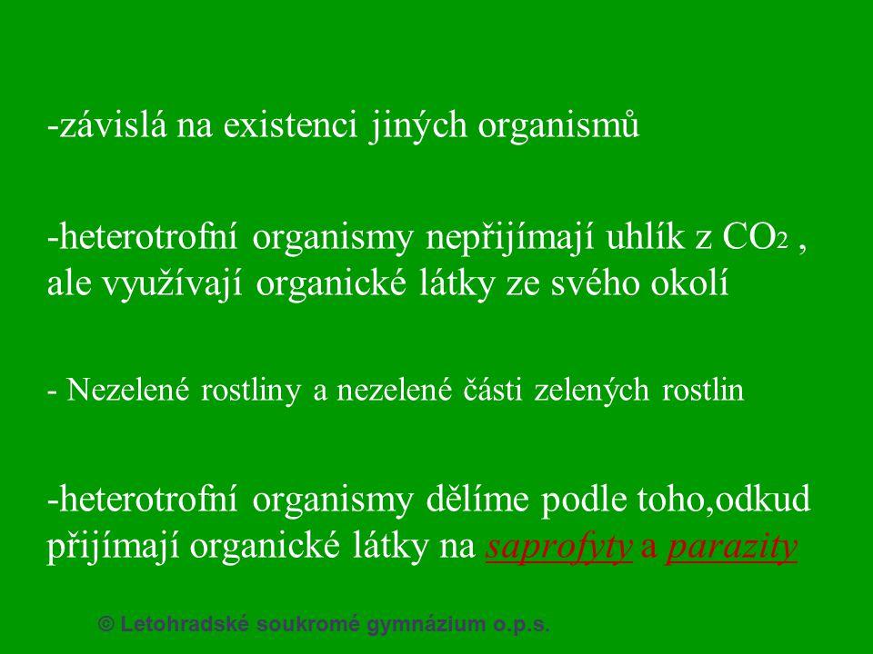 -závislá na existenci jiných organismů