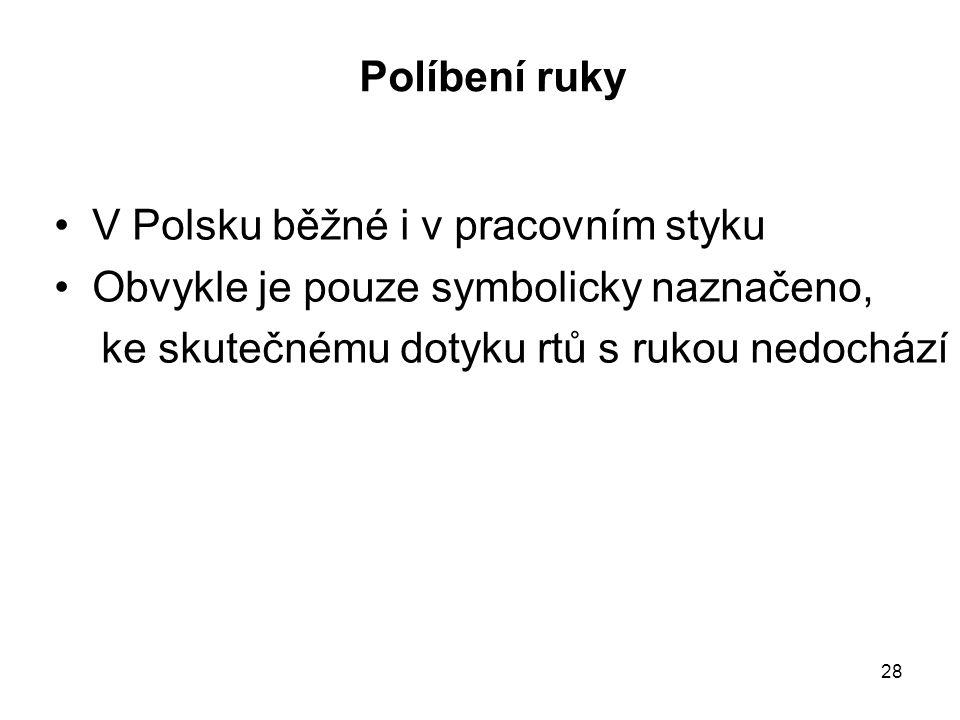 Políbení ruky V Polsku běžné i v pracovním styku.