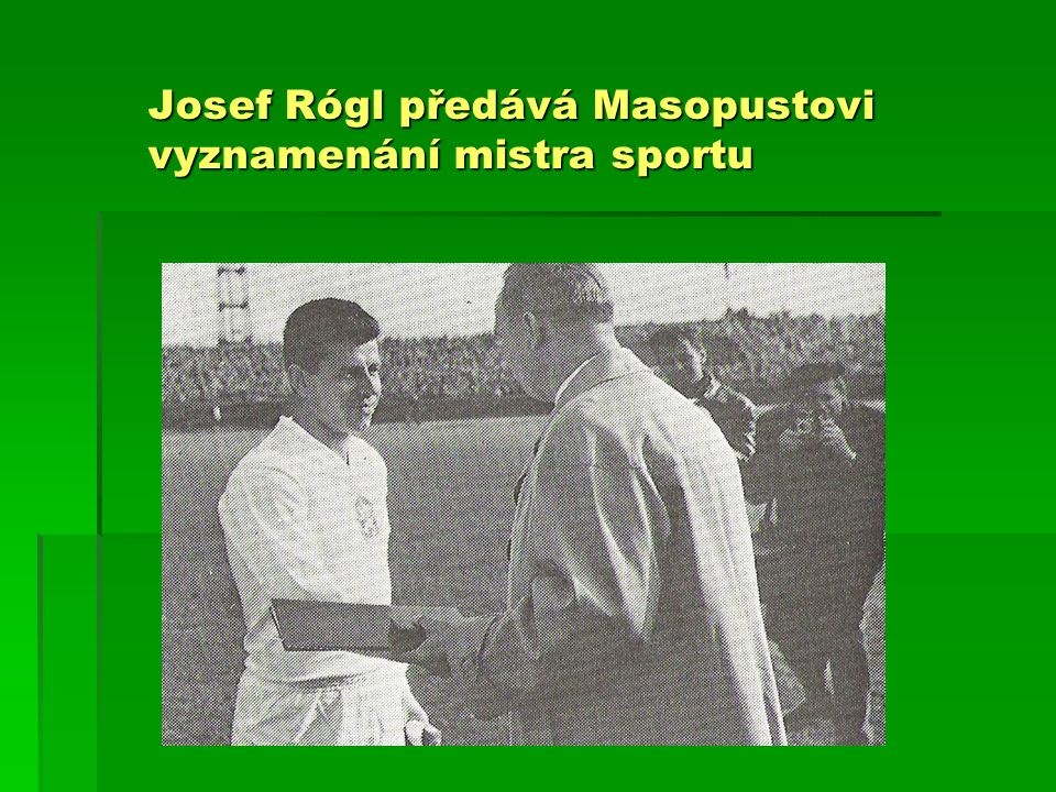 Josef Rógl předává Masopustovi vyznamenání mistra sportu