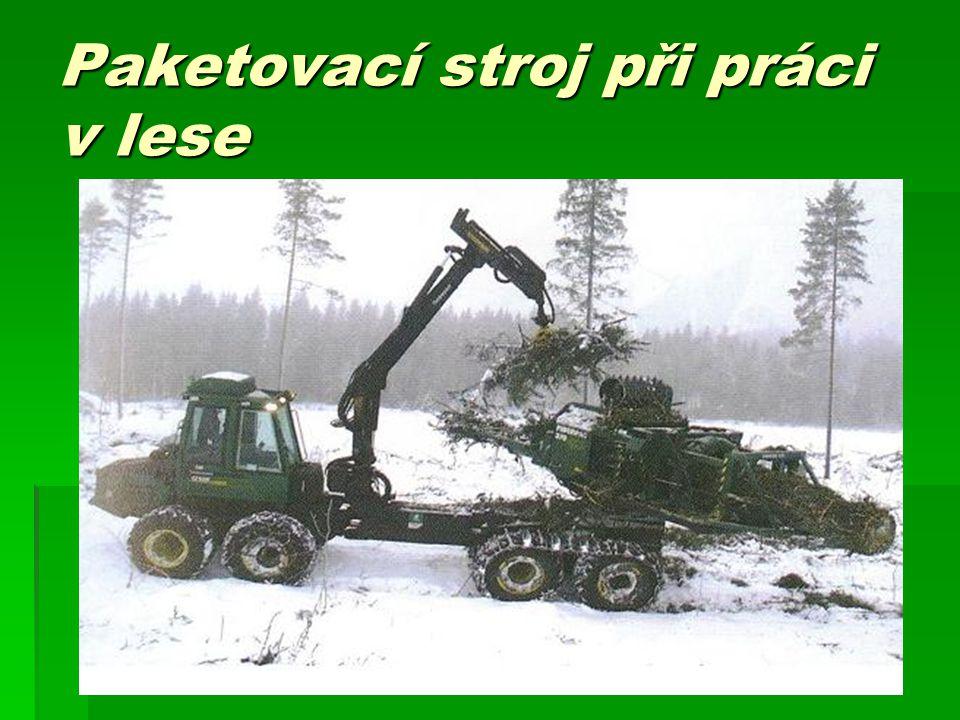 Paketovací stroj při práci v lese
