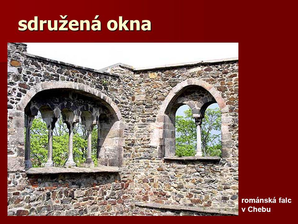 sdružená okna románská falc v Chebu