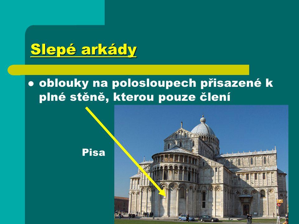 Slepé arkády oblouky na polosloupech přisazené k plné stěně, kterou pouze člení Pisa