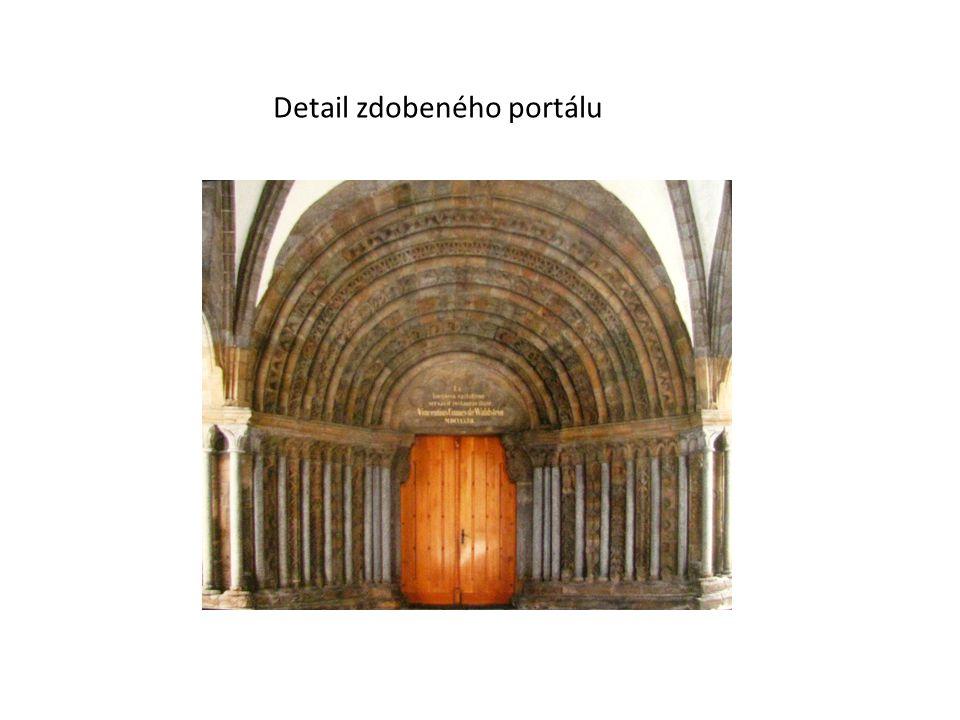Detail zdobeného portálu