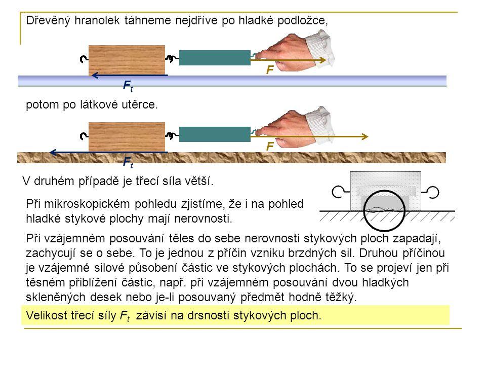 Dřevěný hranolek táhneme nejdříve po hladké podložce,