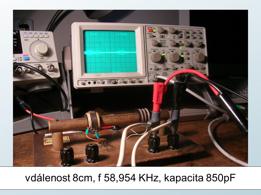 vdálenost 8cm, f 58,954 KHz, kapacita 850pF