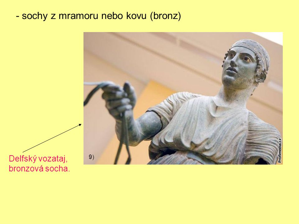 - sochy z mramoru nebo kovu (bronz)