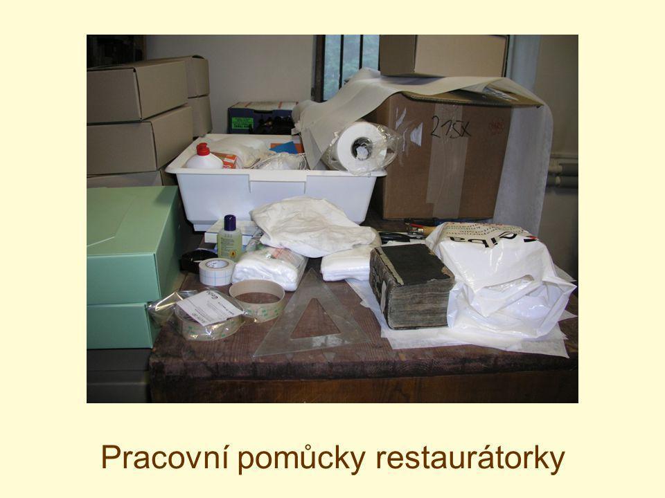 Pracovní pomůcky restaurátorky