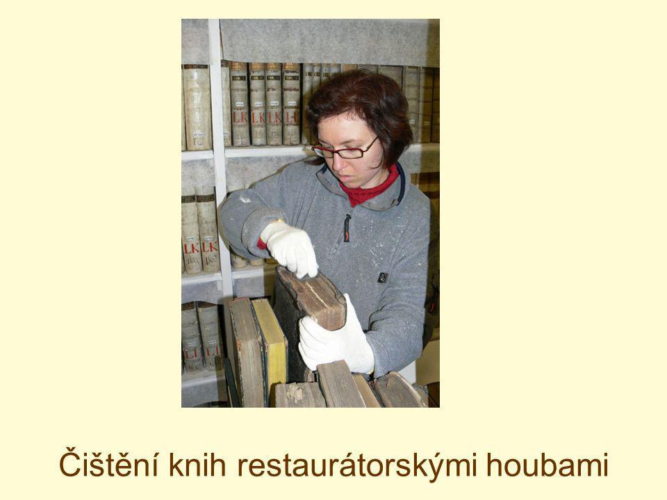 Čištění knih restaurátorskými houbami