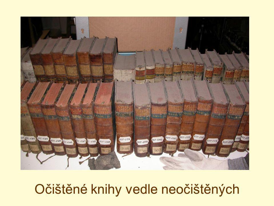 Očištěné knihy vedle neočištěných