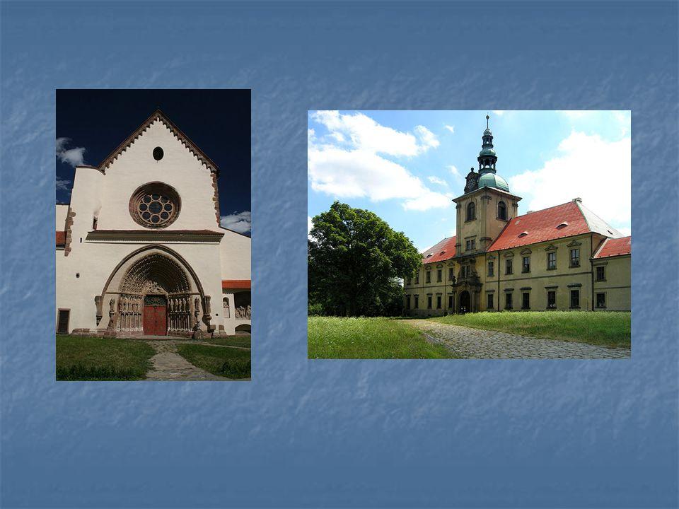 Vlevo – průčelí kostela cisterciáckého kláštera v Předklášteří u Tišnova, vpravo – vchod z nádvoří na budovy cist.