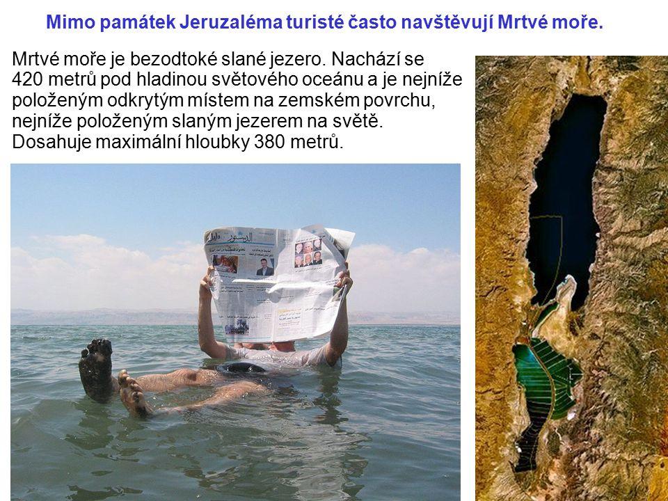 Mimo památek Jeruzaléma turisté často navštěvují Mrtvé moře.