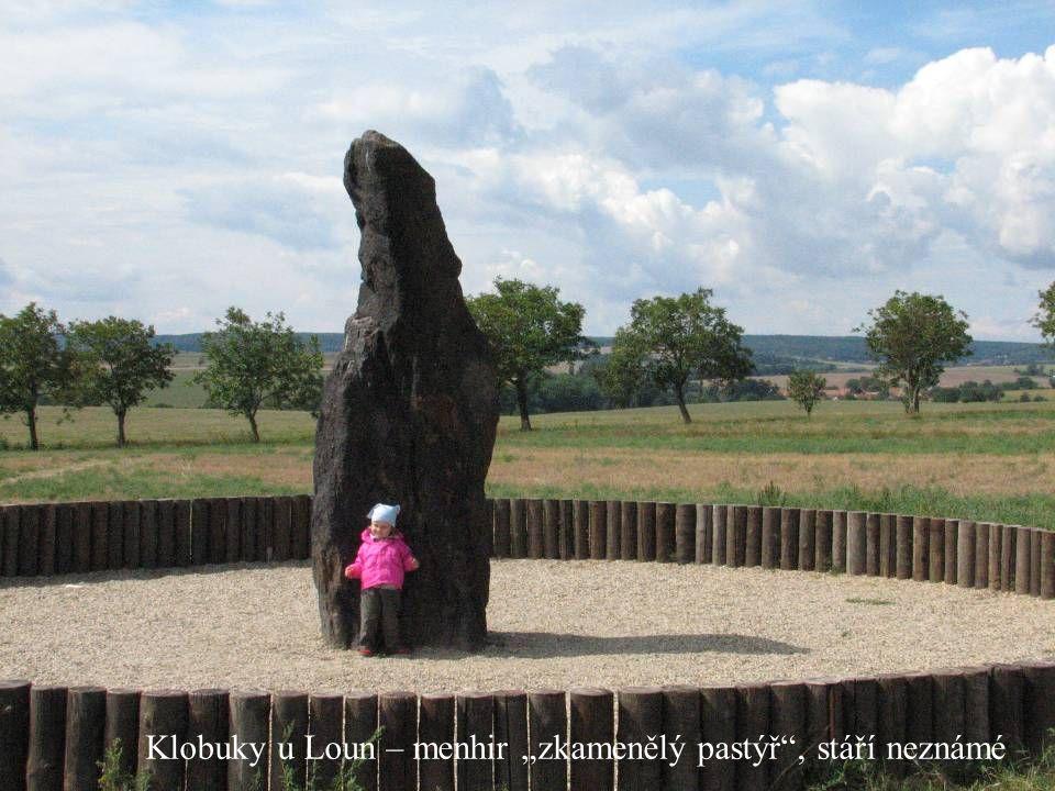 """Klobuky u Loun – menhir """"zkamenělý pastýř , stáří neznámé"""