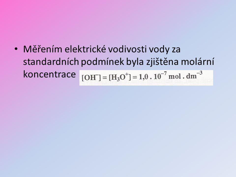 Měřením elektrické vodivosti vody za standardních podmínek byla zjištěna molární koncentrace