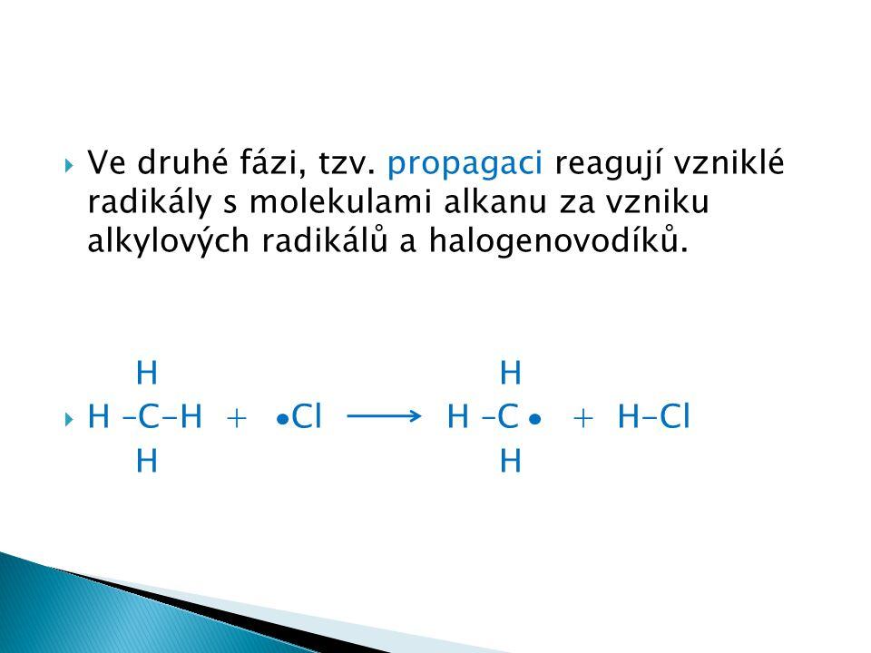 Ve druhé fázi, tzv. propagaci reagují vzniklé radikály s molekulami alkanu za vzniku alkylových radikálů a halogenovodíků.
