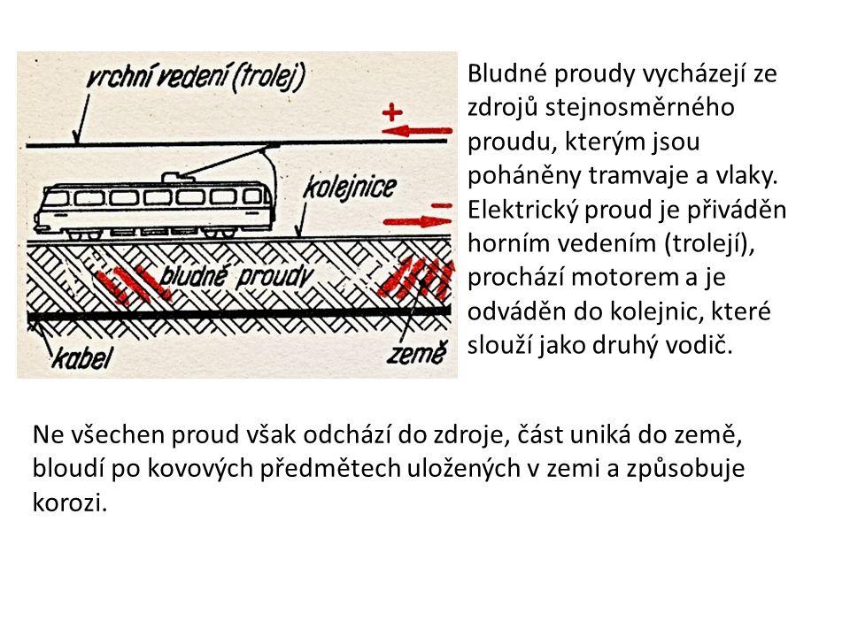 Bludné proudy vycházejí ze zdrojů stejnosměrného proudu, kterým jsou poháněny tramvaje a vlaky. Elektrický proud je přiváděn horním vedením (trolejí), prochází motorem a je odváděn do kolejnic, které slouží jako druhý vodič.