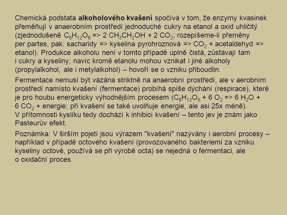 Chemická podstata alkoholového kvašení spočívá v tom, že enzymy kvasinek přeměňují v anaerobním prostředí jednoduché cukry na etanol a oxid uhličitý (zjednodušeně C6H12O6 => 2 CH3CH2OH + 2 CO2; rozepíšeme-li přeměny per partes, pak: sacharidy => kyselina pyrohroznová => CO2 + acetaldehyd => etanol). Produkce alkoholu není v tomto případě úplně čistá, zůstávají tam i cukry a kyseliny; navíc kromě etanolu mohou vznikat i jiné alkoholy (propylalkohol, ale i metylalkohol) – hovoří se o vzniku přiboudlin.