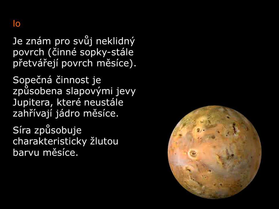 Io Je znám pro svůj neklidný povrch (činné sopky-stále přetvářejí povrch měsíce).
