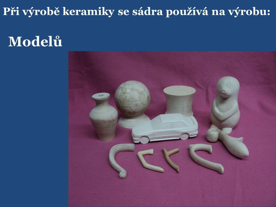 Při výrobě keramiky se sádra používá na výrobu: