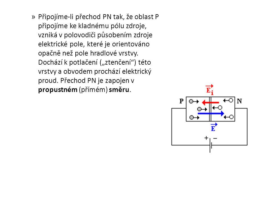 Připojíme-li přechod PN tak, že oblast P připojíme ke kladnému pólu zdroje, vzniká v polovodiči působením zdroje elektrické pole, které je orientováno opačně než pole hradlové vrstvy.
