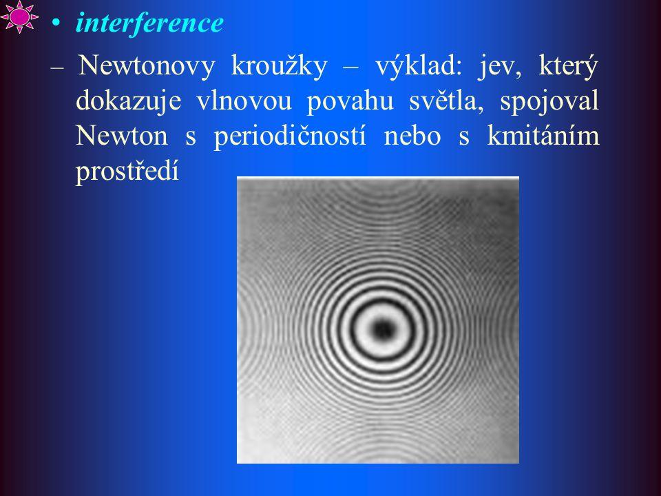 interference – Newtonovy kroužky – výklad: jev, který dokazuje vlnovou povahu světla, spojoval Newton s periodičností nebo s kmitáním prostředí.