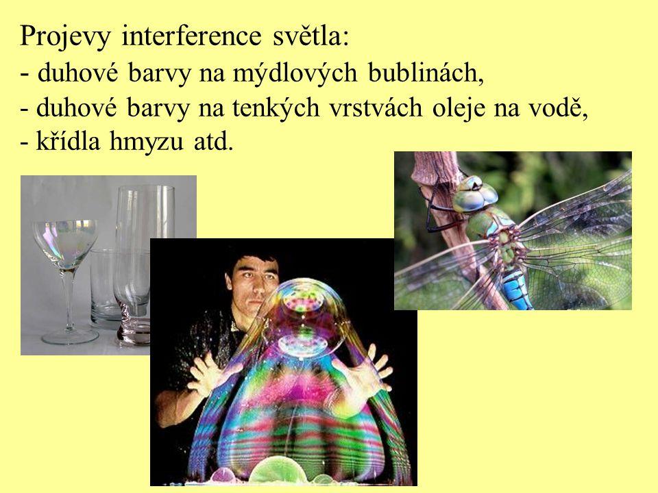 Projevy interference světla: - duhové barvy na mýdlových bublinách,