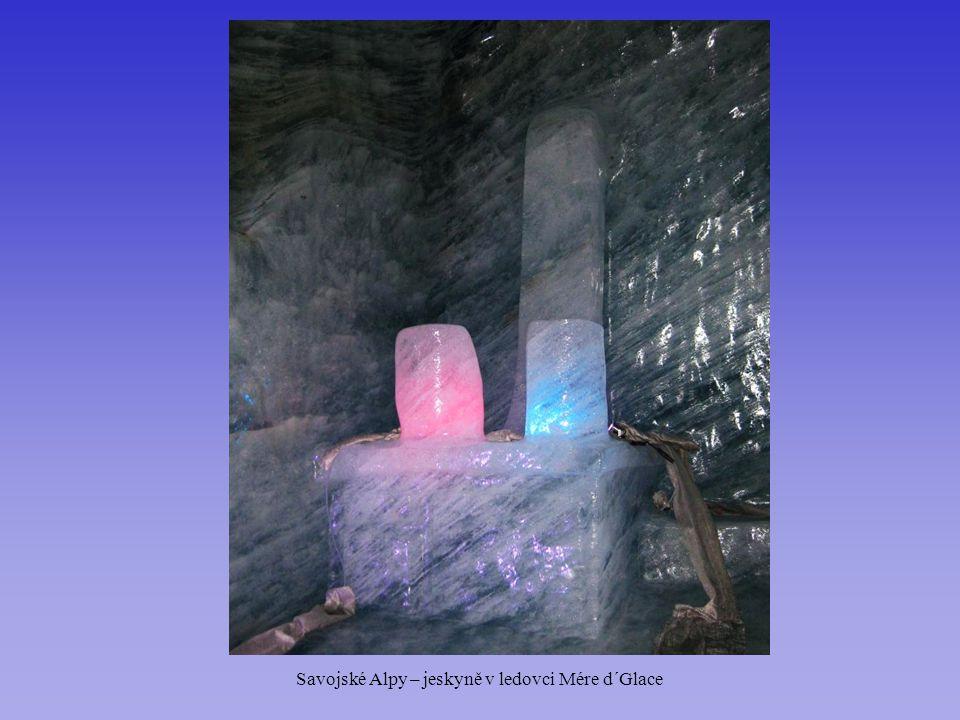 Savojské Alpy – jeskyně v ledovci Mére d´Glace