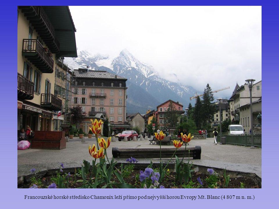 Francouzské horské středisko Chamonix leží přímo pod nejvyšší horou Evropy Mt. Blanc (4 807 m n. m.)