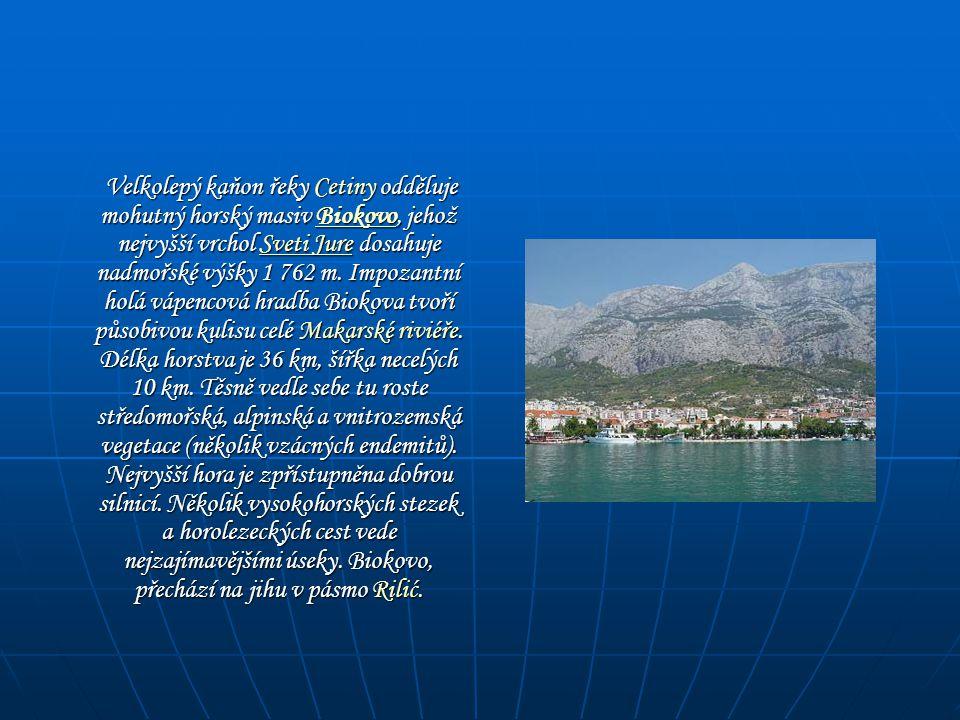 Velkolepý kaňon řeky Cetiny odděluje mohutný horský masiv Biokovo, jehož nejvyšší vrchol Sveti Jure dosahuje nadmořské výšky 1 762 m.